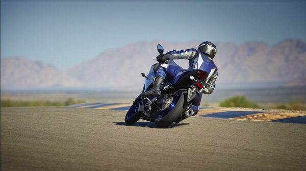 2015-Yamaha-YZF-R320-EU-Race-Blu-Action-008