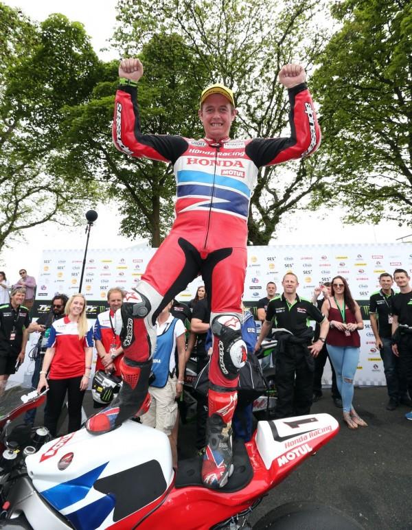 Isle_of_Man_TT_2015_Senior_TT_race__091