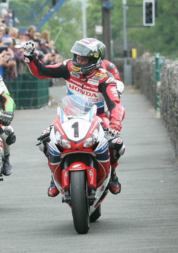 Isle_of_Man_TT_2015_Senior_TT_race__121